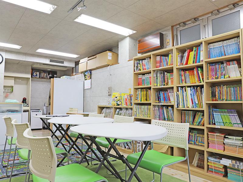 多読英語クラスで使われる教室。
