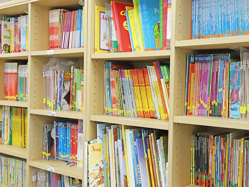 英語多読クラスの教室の本棚